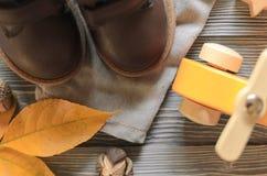 Фасонируйте коричневым детям кожи ботинки, брюки джинсовой ткани и аксессуары A Стоковые Фотографии RF