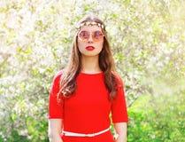 Фасонируйте красивую женщину hippie в цветя саде весны Стоковое Изображение RF