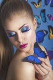Фасонируйте красоту Gir с бабочкой на ее handl шикарная женщина портрета hairstyle женщина с ручкой Тип моды иллюстрация очарован Стоковое Изображение RF
