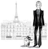 Фасонируйте модель женщины в pantsuit с маленькой собакой на Париже cit Стоковая Фотография