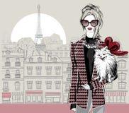 Фасонируйте модель женщины с маленькой собакой на предпосылке Парижа Стоковое Изображение RF