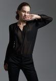 Фасонируйте модель стиля в черной рубашке и брюках представляя в studi Стоковые Фотографии RF