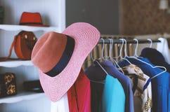 Фасонируйте обмундирования в магазине одежды ` s женщин в торговом центре стоковые изображения rf