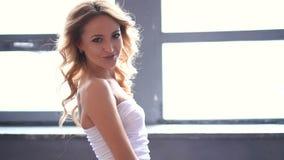Фасонируйте отснятый видеоматериал молодой элегантной женщины с платьем курчавых длинных волос нося белым акции видеоматериалы