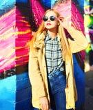 Фасонируйте портрету красивую белокурую женщину представляя в городе стоковое фото
