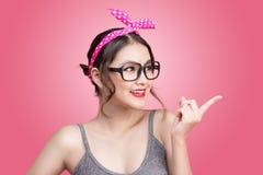 Фасонируйте портрет азиатской девушки при солнечные очки стоя на пинке Стоковая Фотография RF
