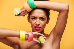 Фасонируйте портрет афро американской женщины с ультрамодным составом и a Стоковое фото RF
