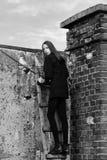 Фасонируйте портрет девушки на лестницах Милая девушка на деревянной лестнице Стоковое Фото