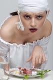 Фасонируйте портрет девушки которая имеет еду от медицин вместо o Стоковые Фотографии RF