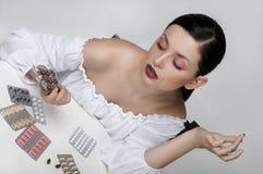 Фасонируйте портрет девушки которая сортирует пакеты медицин Стоковые Фото