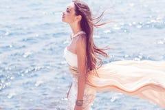 Фасонируйте портрет девушки на море Стоковые Изображения RF