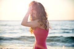 Фасонируйте портрет девушки на море Стоковые Изображения