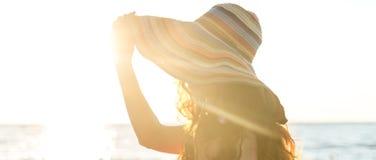 Фасонируйте портрет девушки на море Стоковая Фотография RF