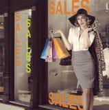Фасонируйте портрет девушки покупок кич перед магазином окна Стоковые Фотографии RF