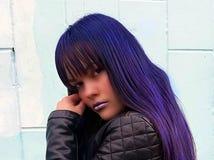 Фасонируйте портрет женщины с стильным стилем причёсок голубых и сирени стоковая фотография rf