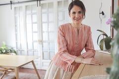 Фасонируйте портрет искусства красивой женщины на живущей комнате Стоковые Изображения