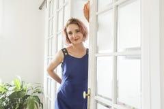 Фасонируйте портрет искусства красивой женщины на живущей комнате Стоковые Изображения RF