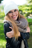 Фасонируйте портрет красивой девушки в городе Стоковые Изображения