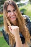 Фасонируйте портрет красивой девушки в городе Стоковое Изображение