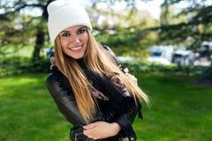 Фасонируйте портрет красивой девушки в городе Стоковое фото RF