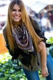 Фасонируйте портрет красивой девушки в городе Стоковые Фотографии RF