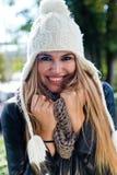 Фасонируйте портрет красивой девушки в городе Стоковая Фотография
