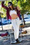 Фасонируйте портрет красивой девушки в городе Стоковая Фотография RF