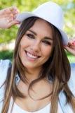 Фасонируйте портрет красивой девушки в городе Стоковое Фото
