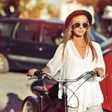 Фасонируйте портрет красивой девушки с велосипедом Стоковое фото RF
