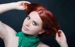 Фасонируйте портрет красивой девушки с красными волосами Стоковые Изображения