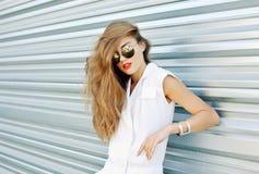 Фасонируйте портрет красивой женщины в солнечных очках и лете d Стоковые Фотографии RF
