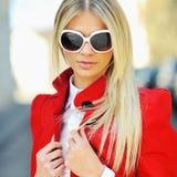 Фасонируйте портрет красивой женщины в солнечных очках Стоковое Фото