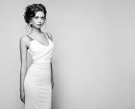 Фасонируйте портрет красивой женщины в элегантном платье стоковая фотография