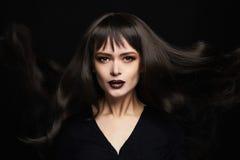 Фасонируйте портрет красивой молодой женщины с длинными здоровыми волосами девушка сексуальная Стоковая Фотография
