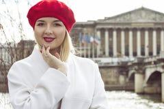 Фасонируйте портрет молодой красивой женщины в Париже Стоковое фото RF
