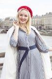 Фасонируйте портрет молодой красивой женщины в Париже Стоковая Фотография RF