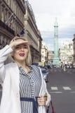 Фасонируйте портрет молодой красивой женщины в Париже Стоковые Фотографии RF