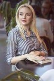 Фасонируйте портрет молодой красивой женщины в Париже Стоковое Изображение