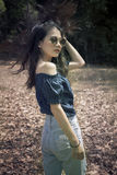 Фасонируйте портрет молодой азиатской женщины с изумительными волосами внешними Стоковая Фотография