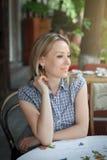 Фасонируйте портрет молодой женщины сидя в кафе улицы Стоковые Фото