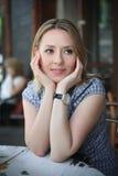 Фасонируйте портрет молодой женщины сидя в кафе улицы Стоковая Фотография