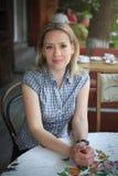 Фасонируйте портрет молодой женщины сидя в кафе улицы Стоковые Фотографии RF