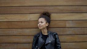 Фасонируйте портрет молодой красивой девушки нося черную куртку, outdoors видеоматериал