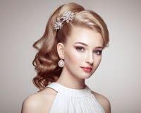 Фасонируйте портрет молодой красивой женщины с ювелирными изделиями стоковая фотография
