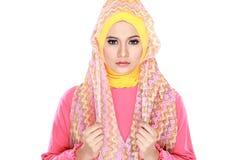 Фасонируйте портрет молодой красивой мусульманской женщины с розовым costu стоковые изображения