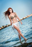 Фасонируйте портрет молодой сексуальной коричневой девушки в купальнике идя на пляж Стоковое Изображение