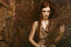 Фасонируйте портрет романтичной красивой девушки с стилем причёсок, красный Стоковое Изображение