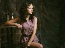 Фасонируйте портрет романтичной красивой девушки с стилем причёсок, красный Стоковая Фотография
