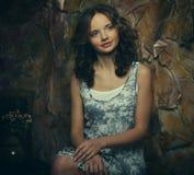 Фасонируйте портрет романтичной красивой девушки с стилем причёсок, красный Стоковые Изображения RF
