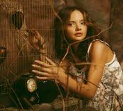Фасонируйте портрет романтичной красивой девушки с стилем причёсок, красный Стоковое фото RF